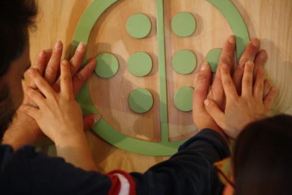 quattro mani che toccano il logo di Wonderadio