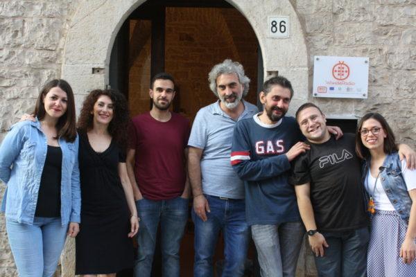 foto di gruppo, sette persone sorridenti in piedi