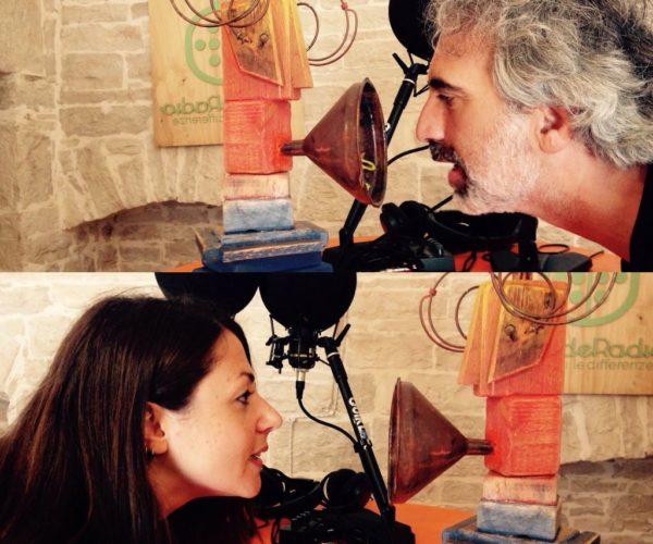 collage di due foto, ognuna ritrae una persona di profilo che parla all'interno di un imbuto