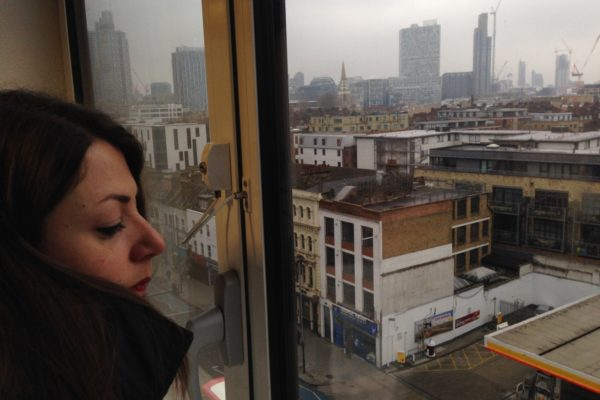 Annalisa Albanese, foto di profilo, con vista su città