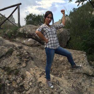 in piedi tra la natura