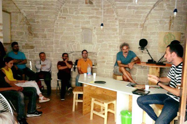 ambiente interno, persone sedute in semicerchio