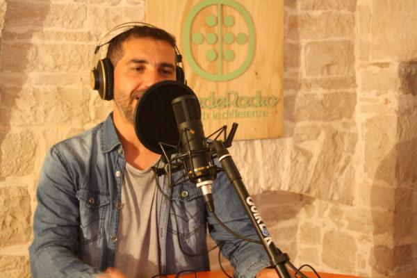 ambiente interno, persona davanti ad un microfono con cuffie