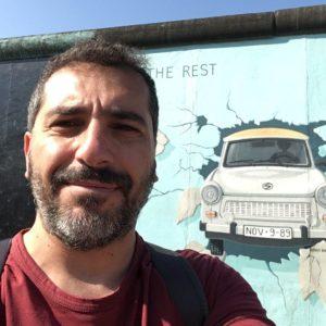 sullo sfondo muro di berlino