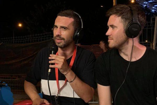 due persone con microfoni e cuffie
