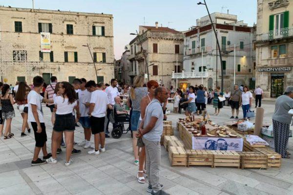 foto panoramica su gruppo di persone in piazza matteotti